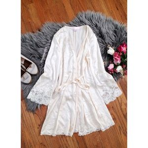 🌿 Victoria's Secret • 100% Cream Silk Lace Robe